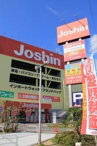 交差点のところにはジョーシンがあります。 電気屋さんにウィンドウショッピングに出るのも楽しいですね。