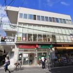 ATMや銀行の支店も数多く、場所も近いので便利です!