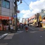 商店街の賑わいもあって駅近くは明るい雰囲気ですね。