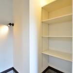 可動だな付きの収納スペースは子どもの遊具や部活の道具、肥料などなどなんでも置けちゃいます。