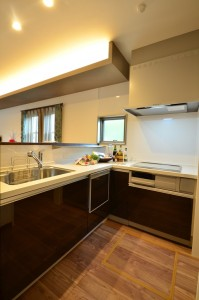調理スペースは開放的! ワークトップにはスパイスなどを置くための棚も設置。