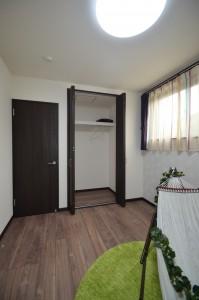 窓の位置なども家具が起きやすいように配慮。