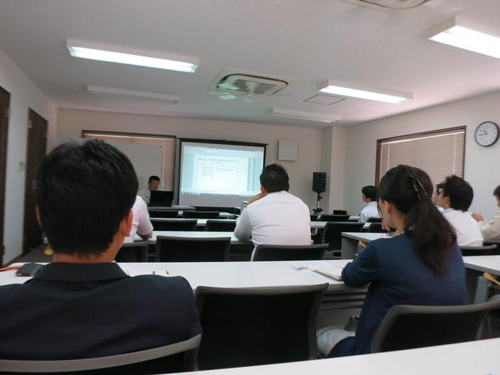 守口本社研究室にて。 営業部や設計部、インテリアコーディネーターなど一同に集まって報告会を開きます。