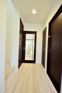 1階ホールはまっすぐの形態で、横幅もあるので狭さを感じずに良いですね。