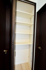 共用の収納は可動棚付き。 いろんなものを効率的に収納できます