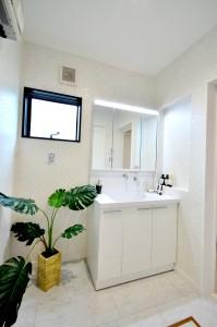 白で統一された洗面は清潔感がありますね。