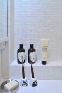 洗面化粧台の横はなんとも使いやすそうなスペースが! クロスの感じも◎