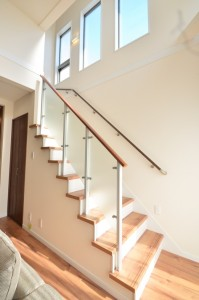 階段部分も本当に明るい。 手すりにこういったものを使うとかなり開放的になります。