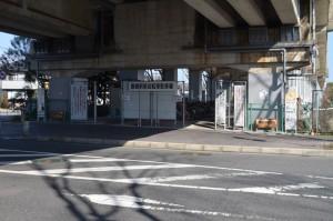 駐輪場は分譲地から向かってちょっと通り過ぎた高架下にあります。