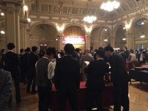 すごいたくさんの人です! 会場も広いです。