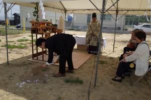 弊社社員Nによる、 初めて土をおこす「穿初(うがちぞめ)」という儀式です。