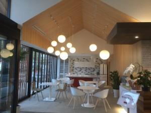 商談スペースを兼ねたカフェエリア。 お客様にゆっくりしていただけるように 心配りされておられます。
