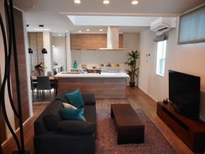 畳コーナーから望むLDKです。 キッチンとダイニング・リビングが隣接しており、 家族の様子が一目でご覧いただけます。