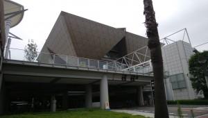 東京ビックサイト。 ピラミッドが逆さまになった形の建物です。