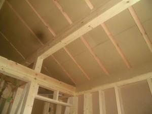 屋根裏に段ボール製の通気スペーサーを施工しています
