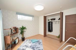 ◆2階主寝室 たっぷり収納もあり、 3帖のロフトもある空間となっています。 ポイントクロスが落ち着いた印象を 作り上げていますね。