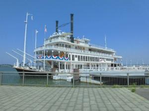 歴史を感じる、大きなクルーズ船ですね!