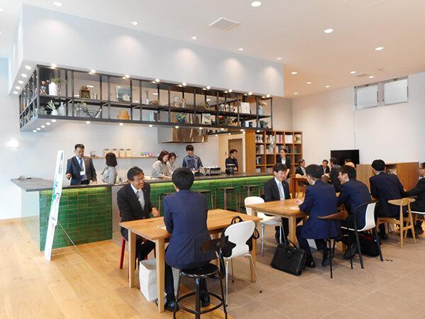 カフェスペースでお客様をおもてなし。