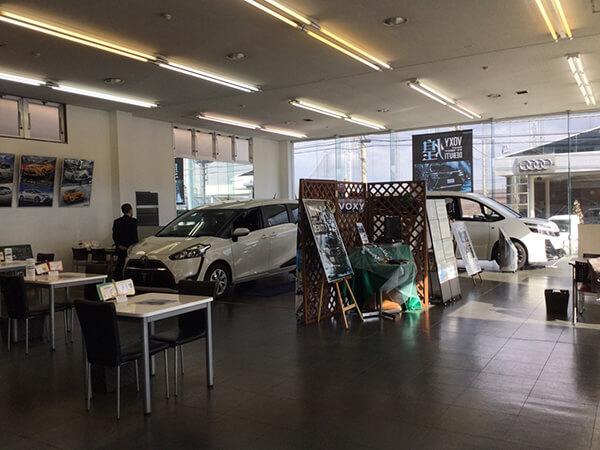 店内には車が展示されていました。