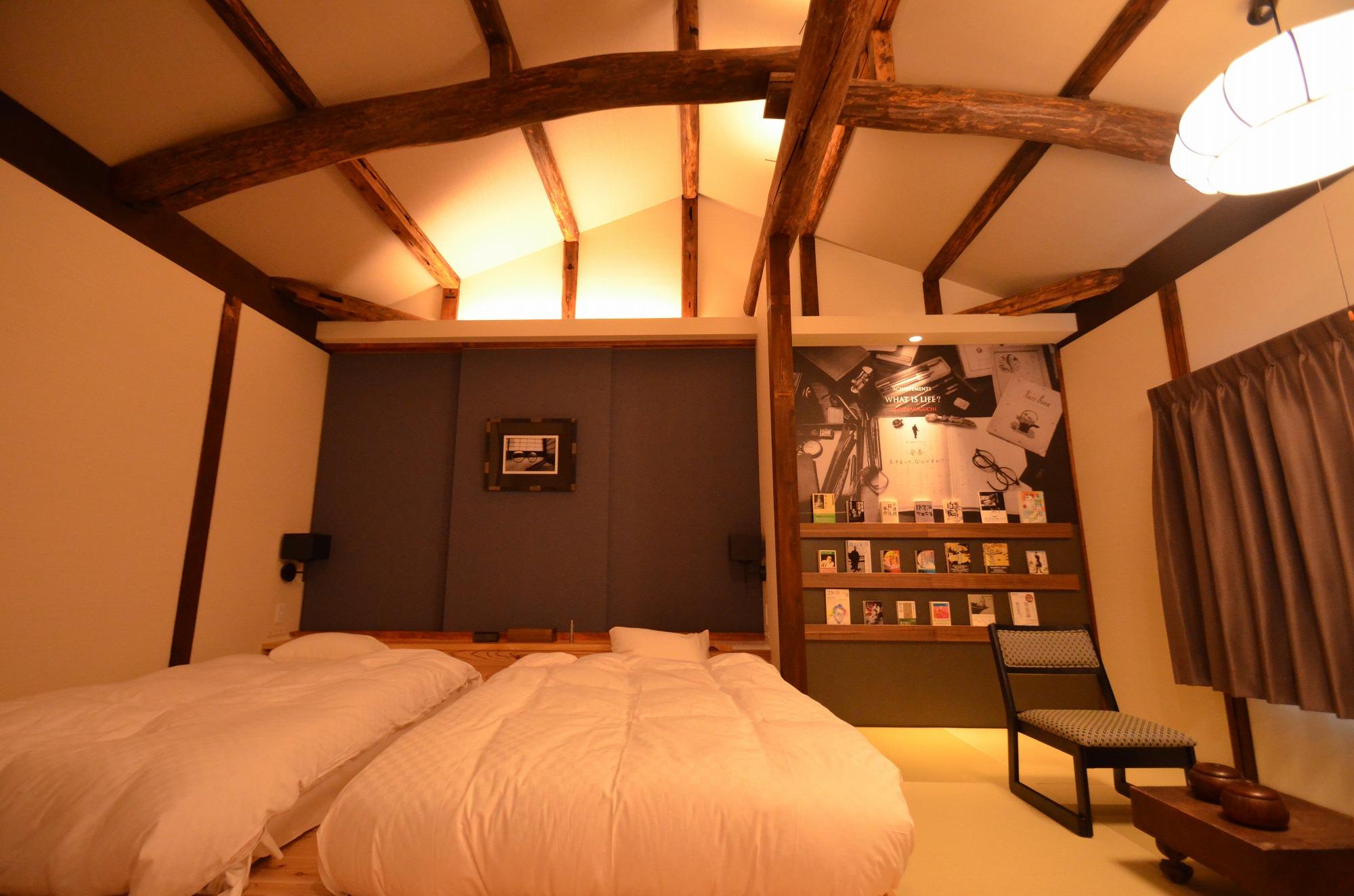 2階寝室。天井の梁に歴史を感じます