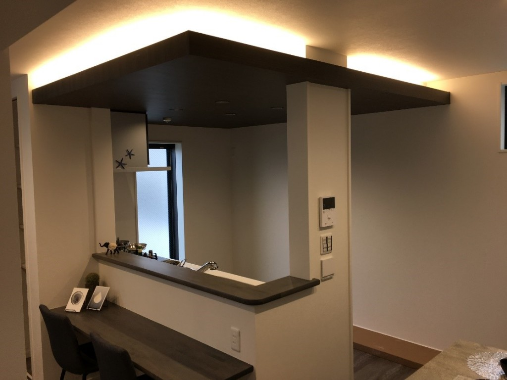 広々としたカウンターのある対面式キッチン 上部の造作天井と間接照明が良いアクセントになっています