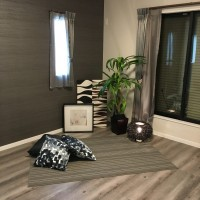 落ち着いた雰囲気の主寝室。こちらも壁紙に濃い色を入れて引き締めてまして、お家全体の統一感がありますね。