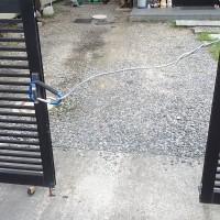 ガレージの折れ戸の1枚丁番が割れて取れてしまった