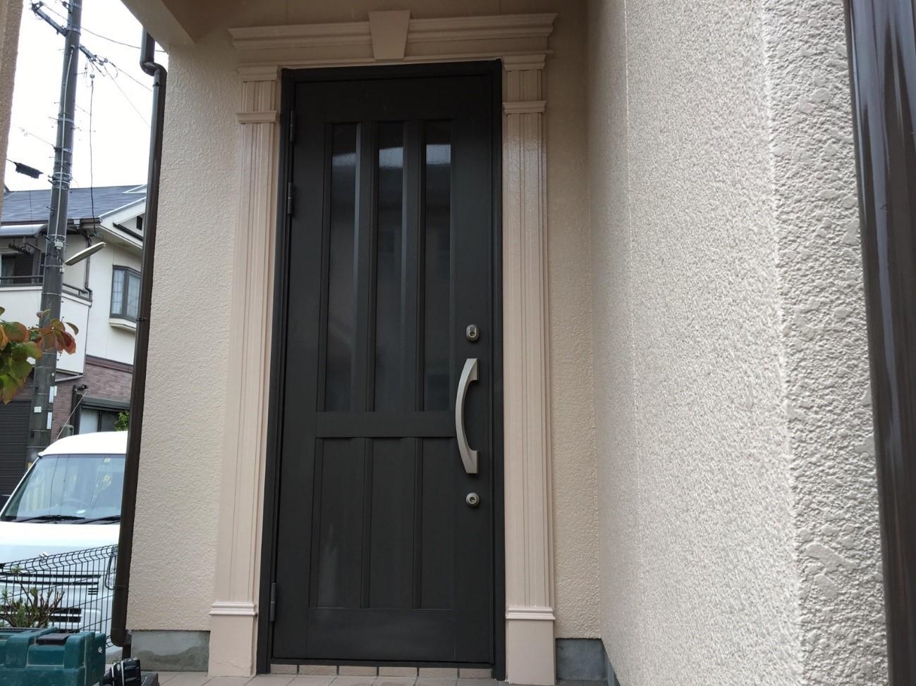 現状の玄関ドアです。まずはドア本体の解体を行います・・・