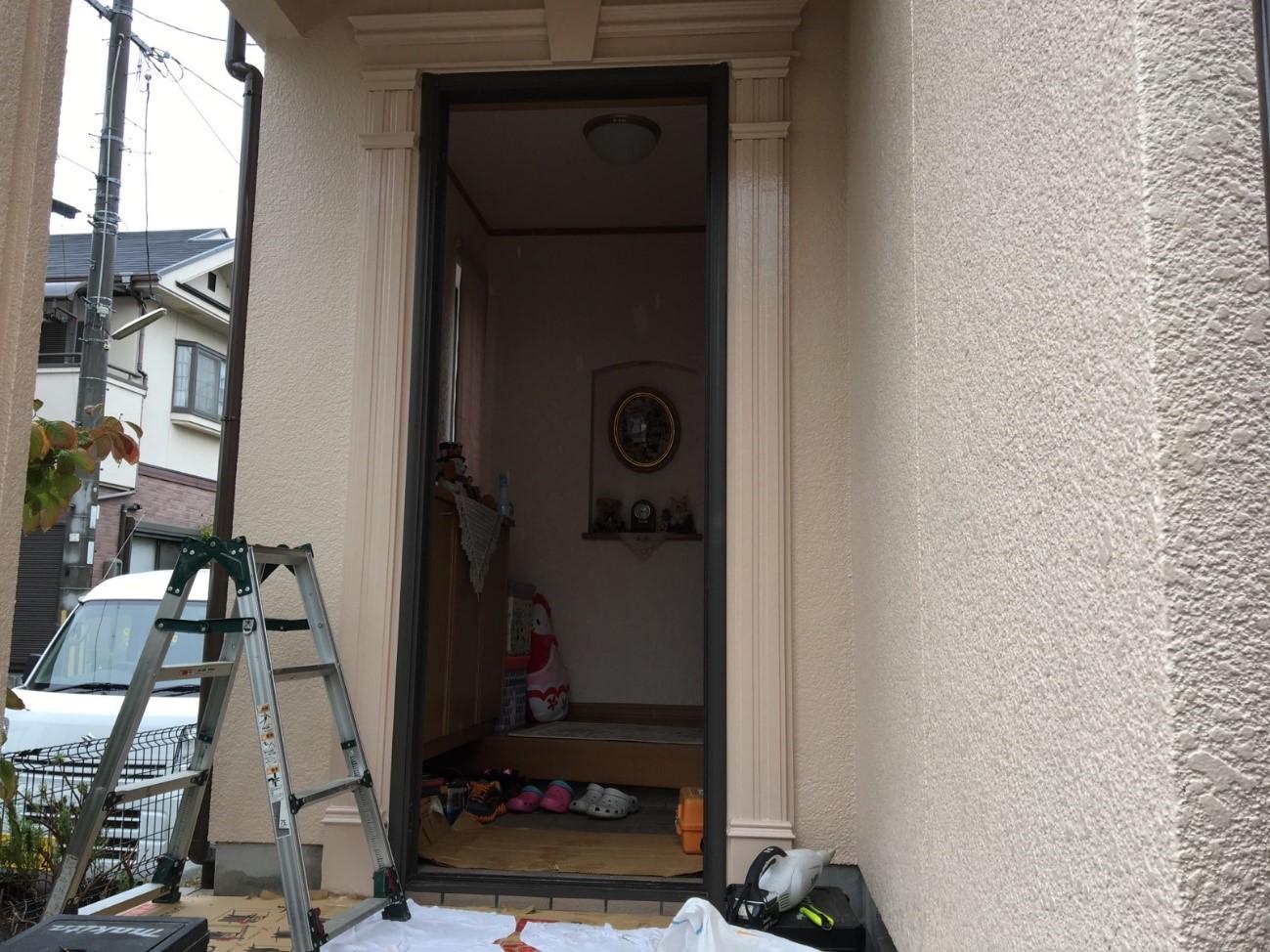 解体完了!ここから現状の枠の上にカバー工法にて新しい枠を取り付け、ドア本体を取り付けます。