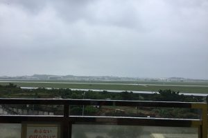 初日はあいにくの雨(写真奥が嘉手納基地)