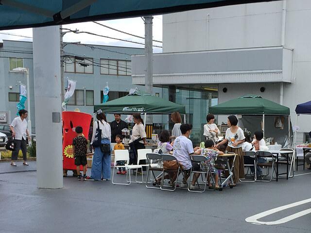 屋外の飲食スペースも一時満席に